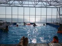 теплый бассейн на пляже