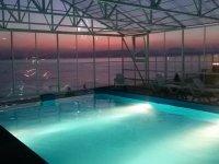 бассейн у моря на закате