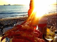 ужин по морскому на закате: пиво с крабом